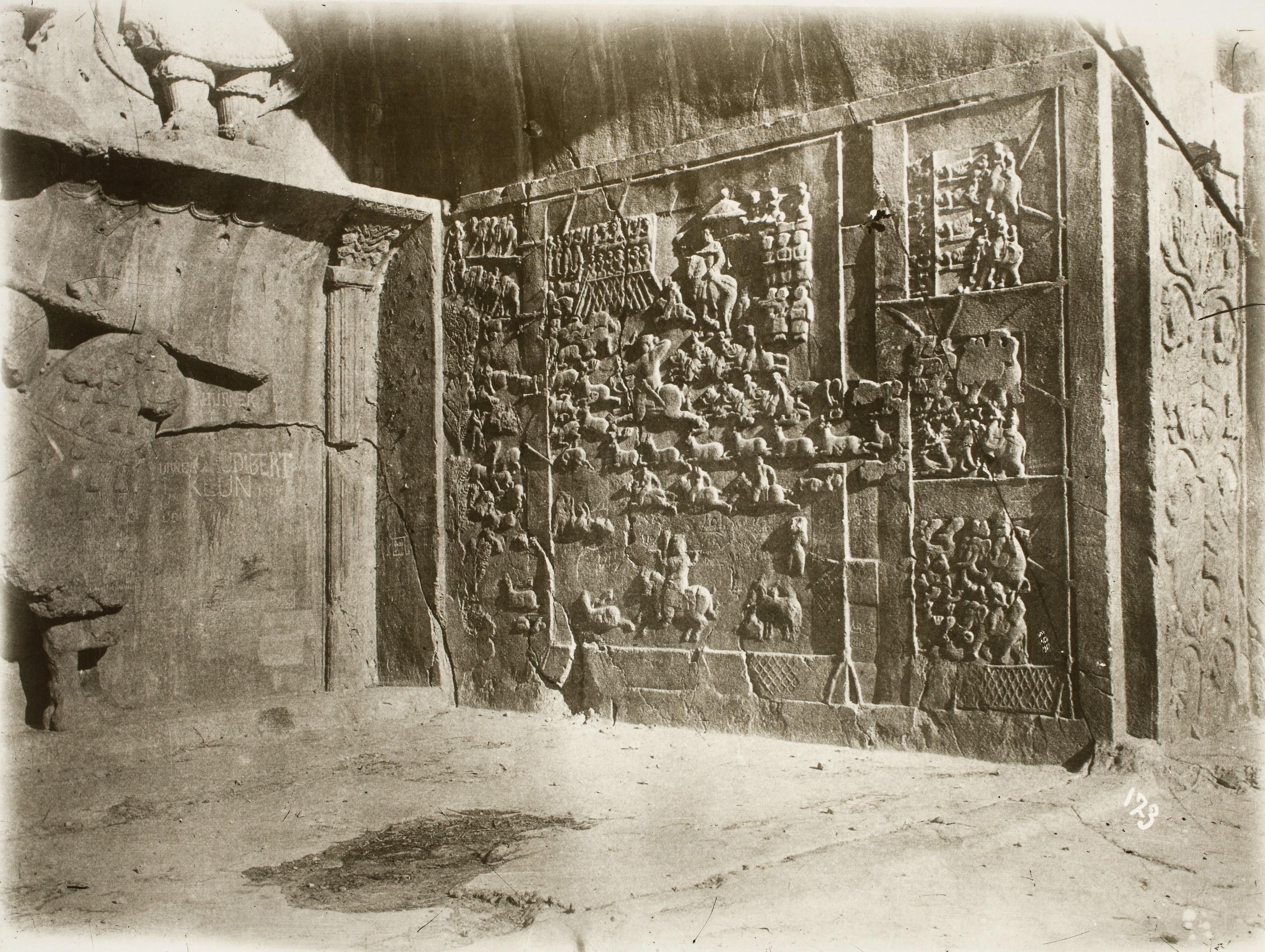 Таге-Бостан. Сасанидские рельефы, правая сторона большого грота с инвеститурой Хосрова II