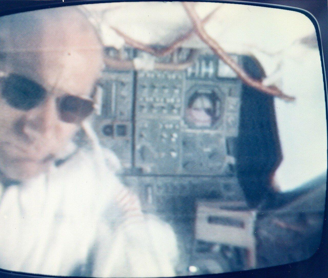 Вечером состоялась  запланированная 35-минутная телетрансляция. Зрители увидели Землю с расстояния 239 000 км, астронавты показали свои рабочие места, «кухню», набор продуктов и процесс приготовления пищи