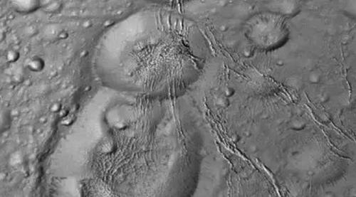 На спутнике Сатурна обнаружили «снеговика»