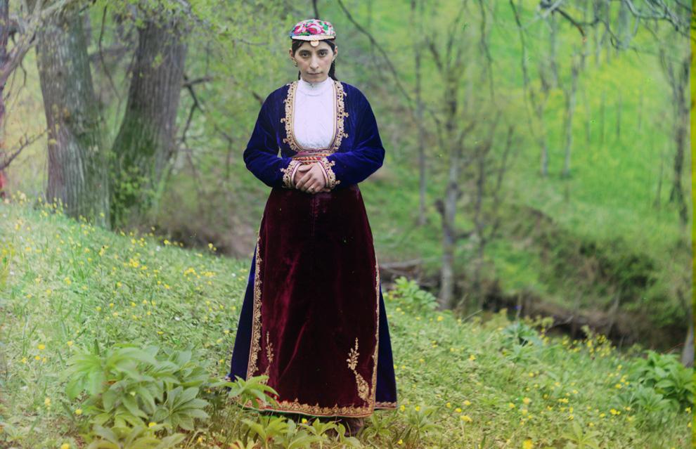 Армянская женщина в национальном костюме