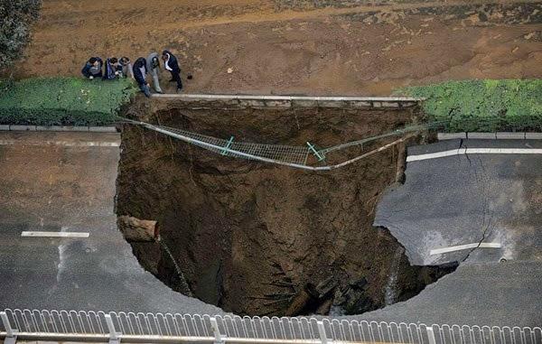 Самые необычные и огромные ямы на дорогах во всем мире 0 12cf80 9ca29154 orig