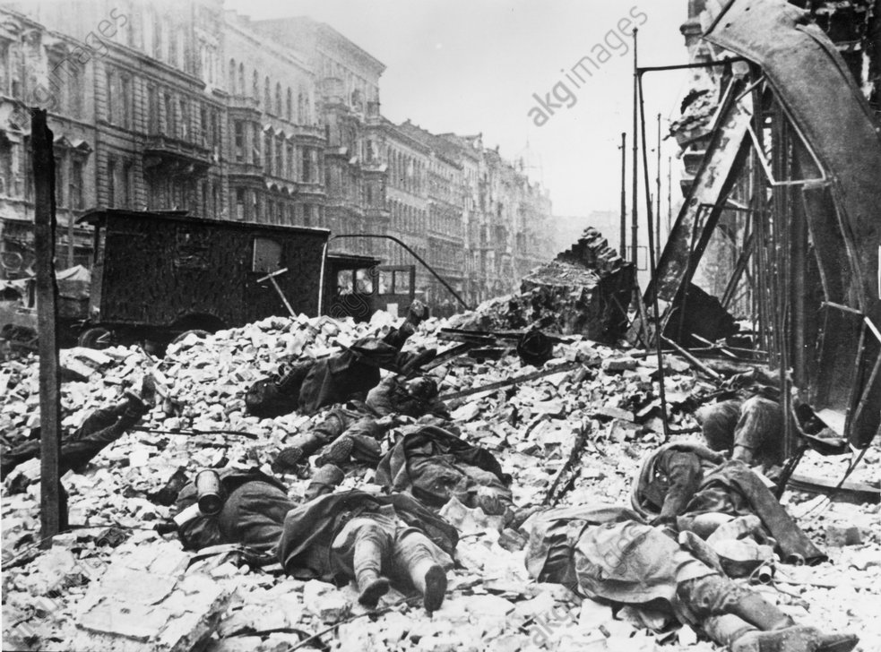 Schlacht um Berlin/Gefallene / Foto - Bodies of Dead People / Berlin / 1945 -