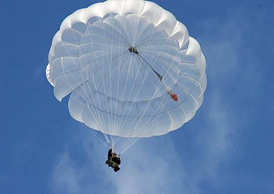 В России после тренировочного прыжка с парашютом исчезли три десантника