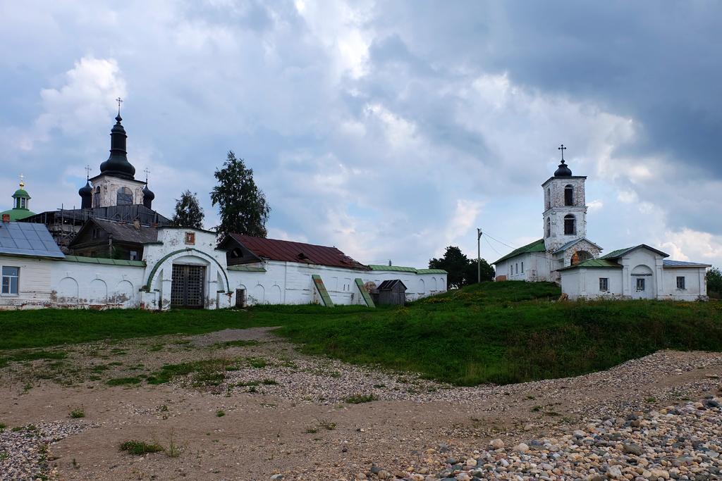Горицкий Воскресенский монастырь в Вологодской области со стороны набережной реки Шексны