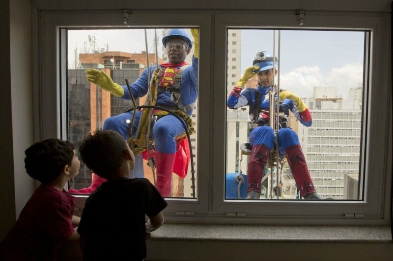 Как Супергерои мыли окна в детской больнице в Бразилии