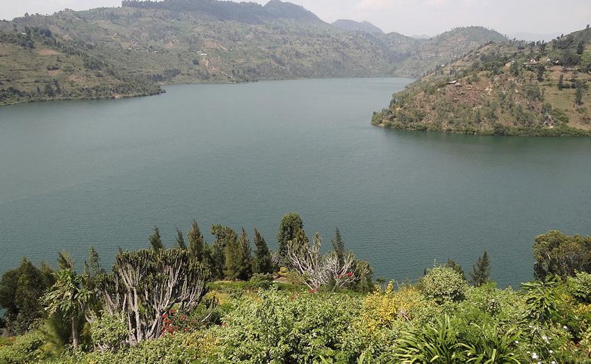 4. Киву, Африка Несмотря на манящую голубую гладь, этот водоем очень опасен. Дело в том, что озеро м
