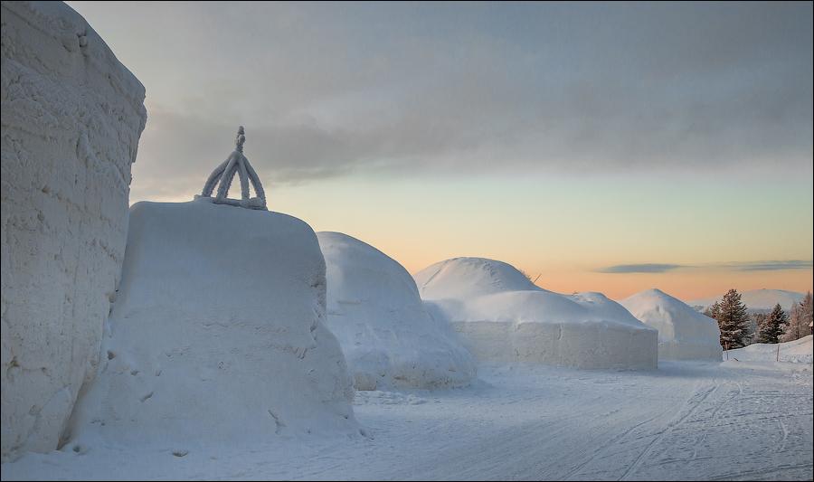 Издалека отель Snow Village может показаться огромными сугробами снега, которые намело северным ветр