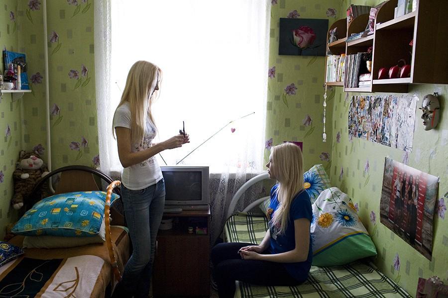 2. Любовь Белоусова (слева) и Мария Кудрявцева в общежитии Красноярского университета. Обе девушки у