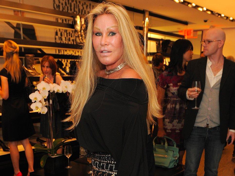 По данным Daily Mail, она потратила 2 миллиона фунтов стерлингов на операции, чтобы угодить мужу, ко