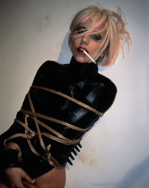 Эта фотосессия была сделана еще в 2009 году для третьего номера японской версии журнала Vogue Hommes