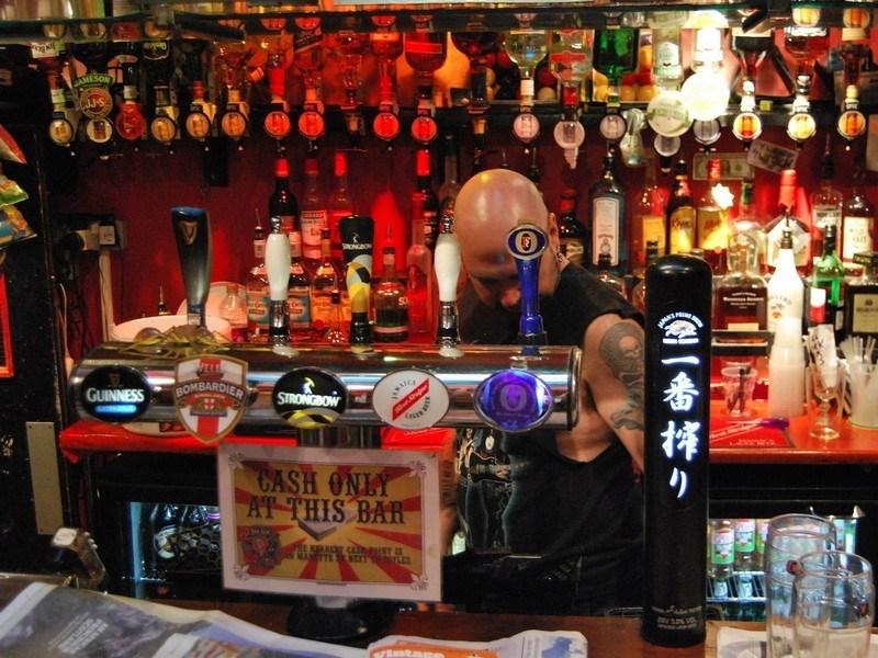 Если бармен видит, что вы уже слишком пьяны, он может принести вам бокал безалкогольного пива (даже