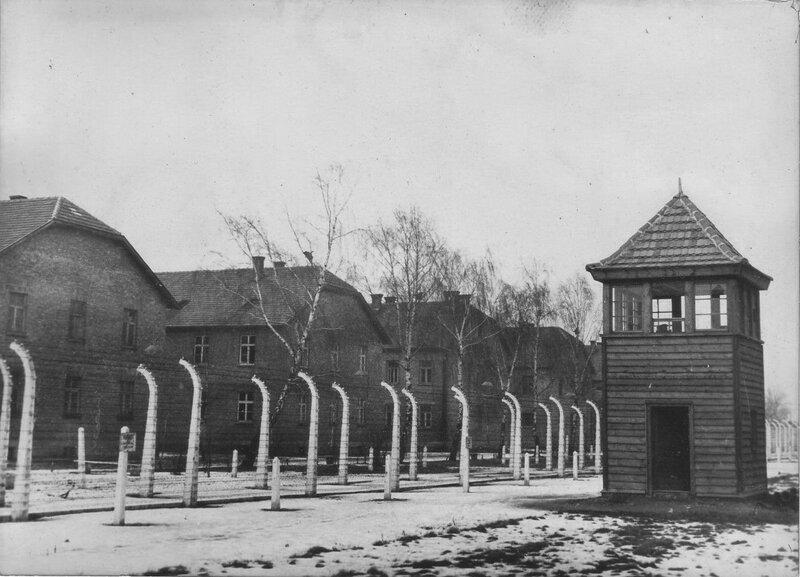 Бараки концлагеря Освенцим (Аушвиц 1) (бывшие строения польских, а ранее австрийских казарм) за двойным проволочным забором, по которому пропускался электрических ток высокого напряжения