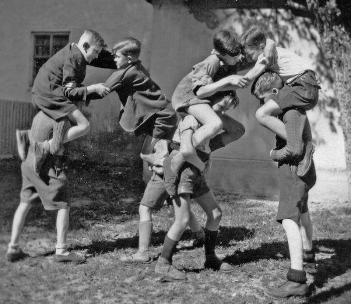 historical-children-playing-photography-30-589dbf05aa4fb__700.jpg