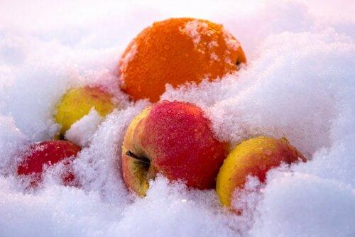 Фрукты в снегу