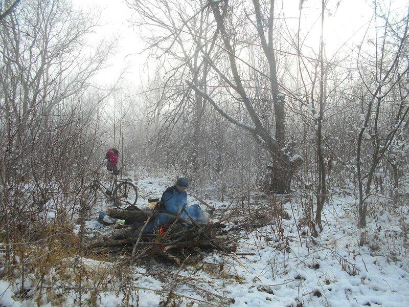 В условиях походных, у костра, с велосипедом, снег ... DSCN0309.JPG
