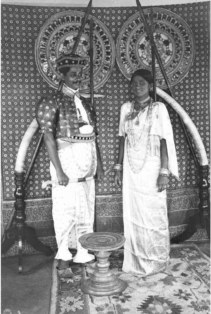 182. Ратеммахаимайя (Окружной начальник) и его жена в своих официальных костюмах в Бибиле