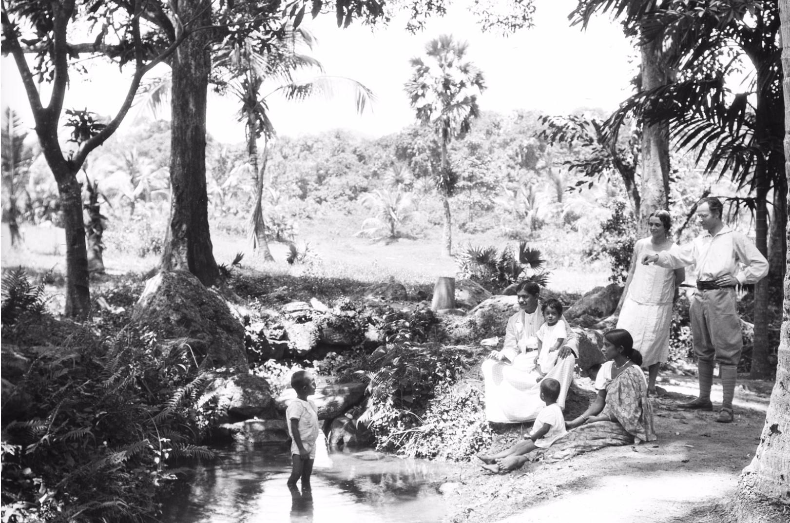 194. Эгон фон Эйкштедт с женой и семьей окружного начальника в саду Валаувуa