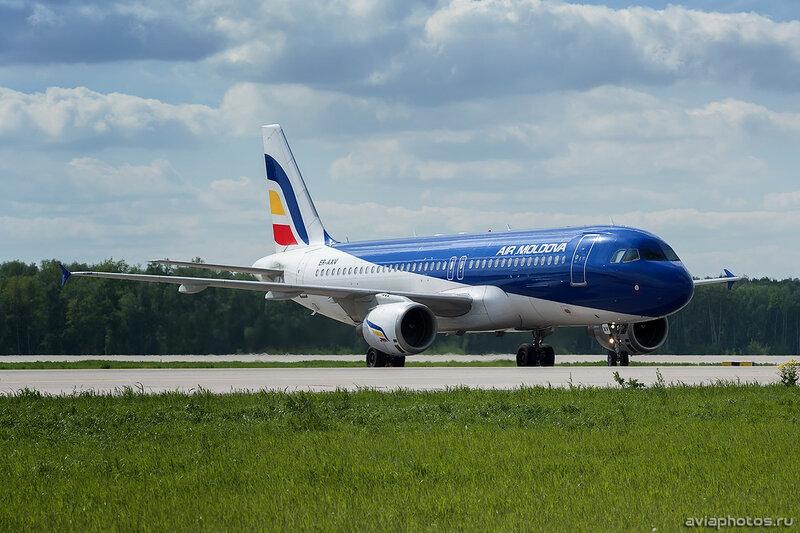 Airbus A320-211 (ER-AXV) Air Moldova 113_D701830
