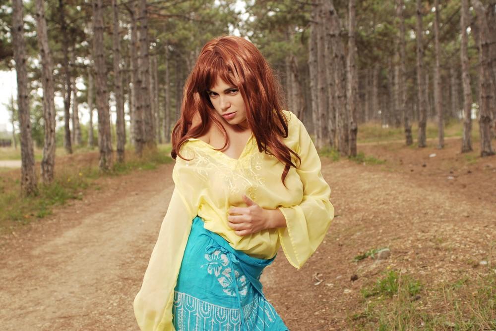 Mirela на лесной дороге
