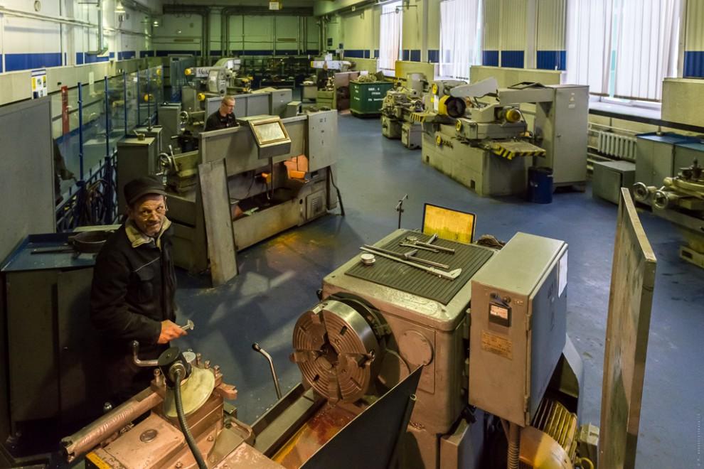 Станочное оборудование, которое установлено здесь (4 токарных, 4 фрезерных, 3 шлифовальных станка, а
