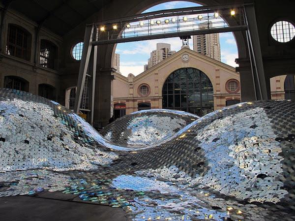 Французская художница Элиза Морин (Elise Morin) создала необычную инсталляцию из65000 старыхCD-ди