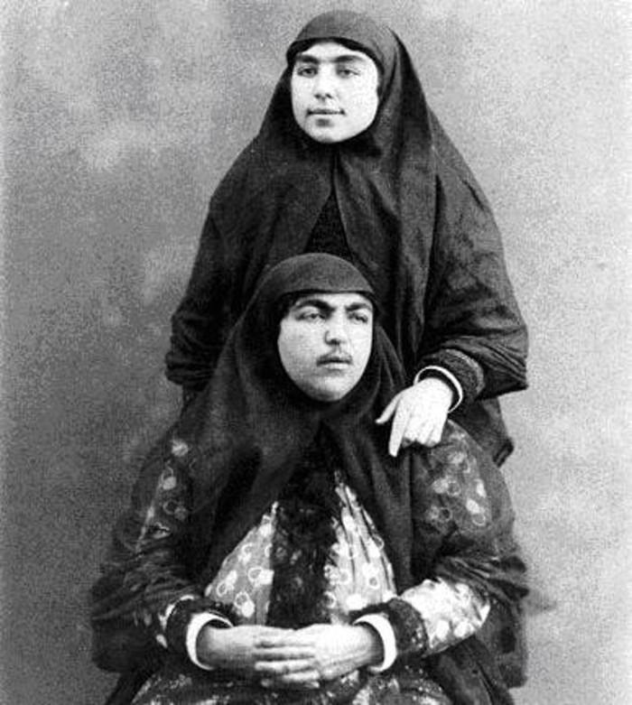 7. Несравненная Анис аль-Долех (сидит). Фотографии женщин оспаривают общепринятое представление о жи