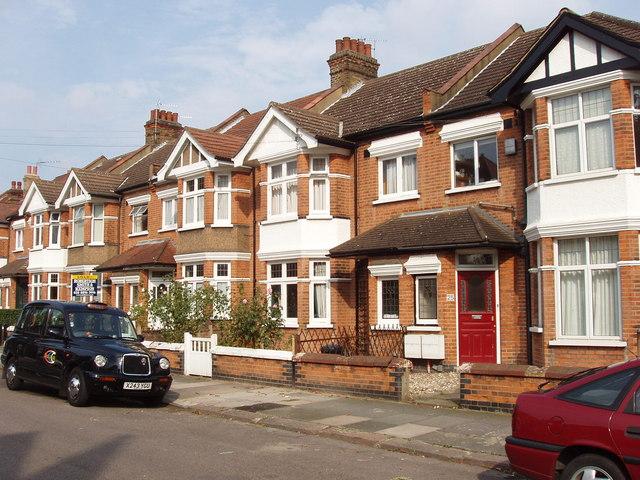 Для Великобритании типичны особняки на две семьи.