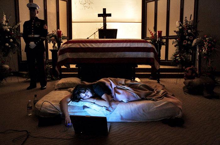 «Жена американского моряка, убитого в Ираке, отказалась отойти от его гроба и попросила поспать с ни