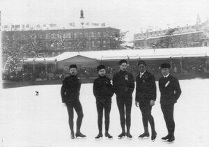 Группа конькобежцев-фигуристов, участников соревнований, на катке в Юсуповом саду.