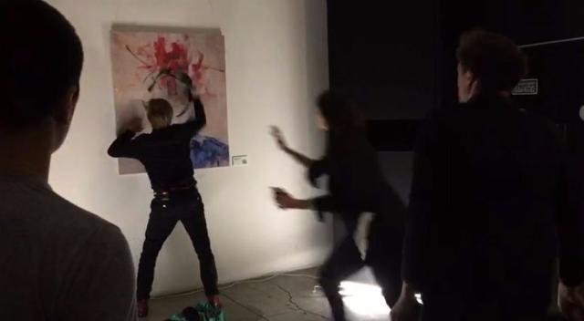 В «Ночь музеев» в столице России вандал замазал краской картину вгалерее Artplay