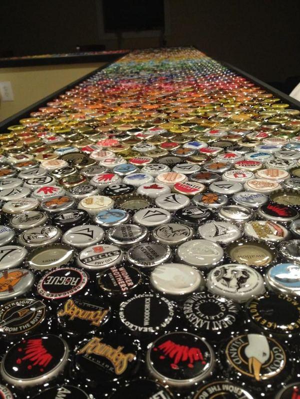 Парень превратил 5-летнюю коллекцию бутылочных крышек в потрясающую столешницу