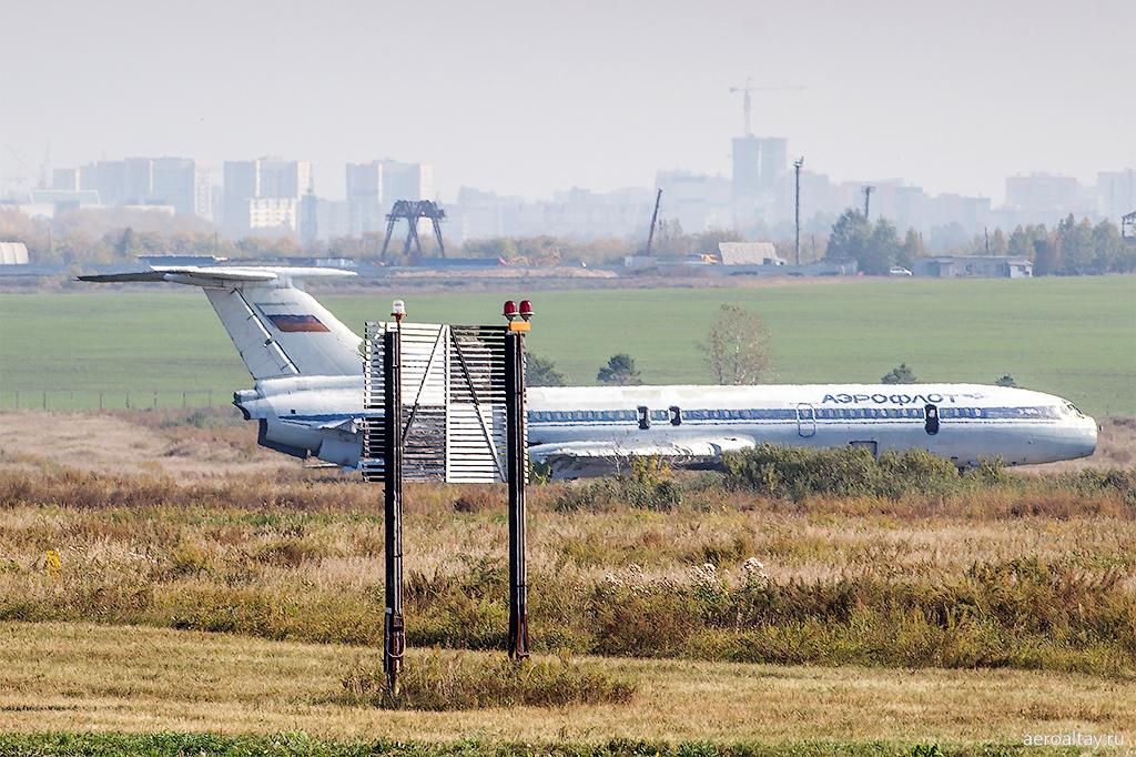 Самолет Ту-154 Аэрофлота в аэропорту Барнаул