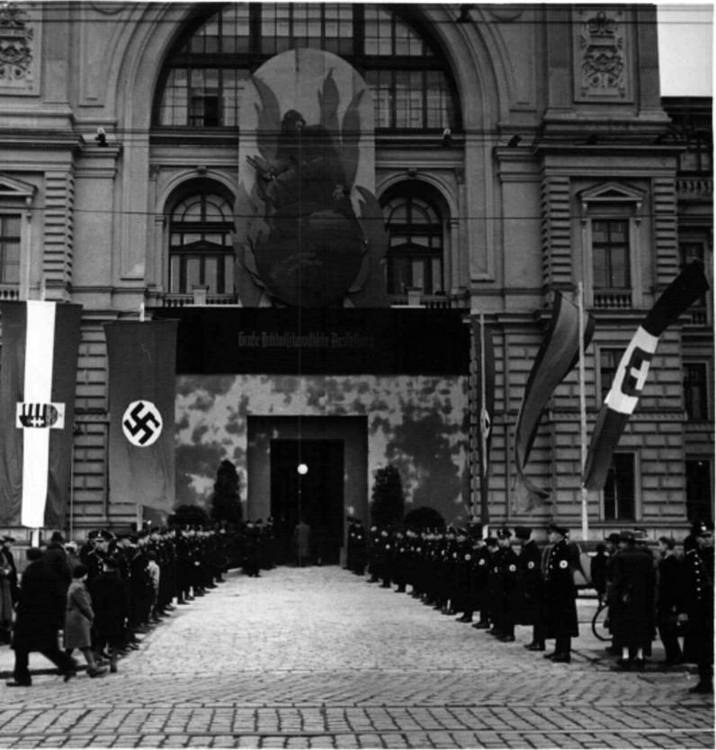 1938. 12.10. Антибольшевистская выставка в Вене. Вход на выставку