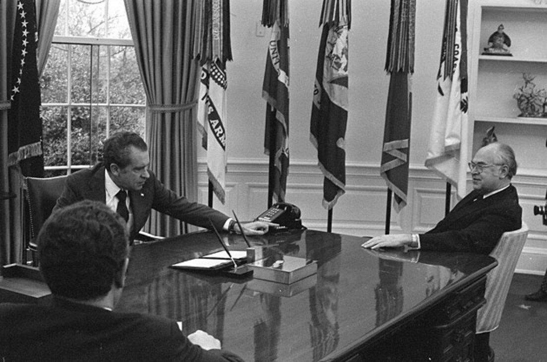 Президент США Ричард Никсон (слева) во время встречи с советским послом Анатолием Добрыниным в Белом доме