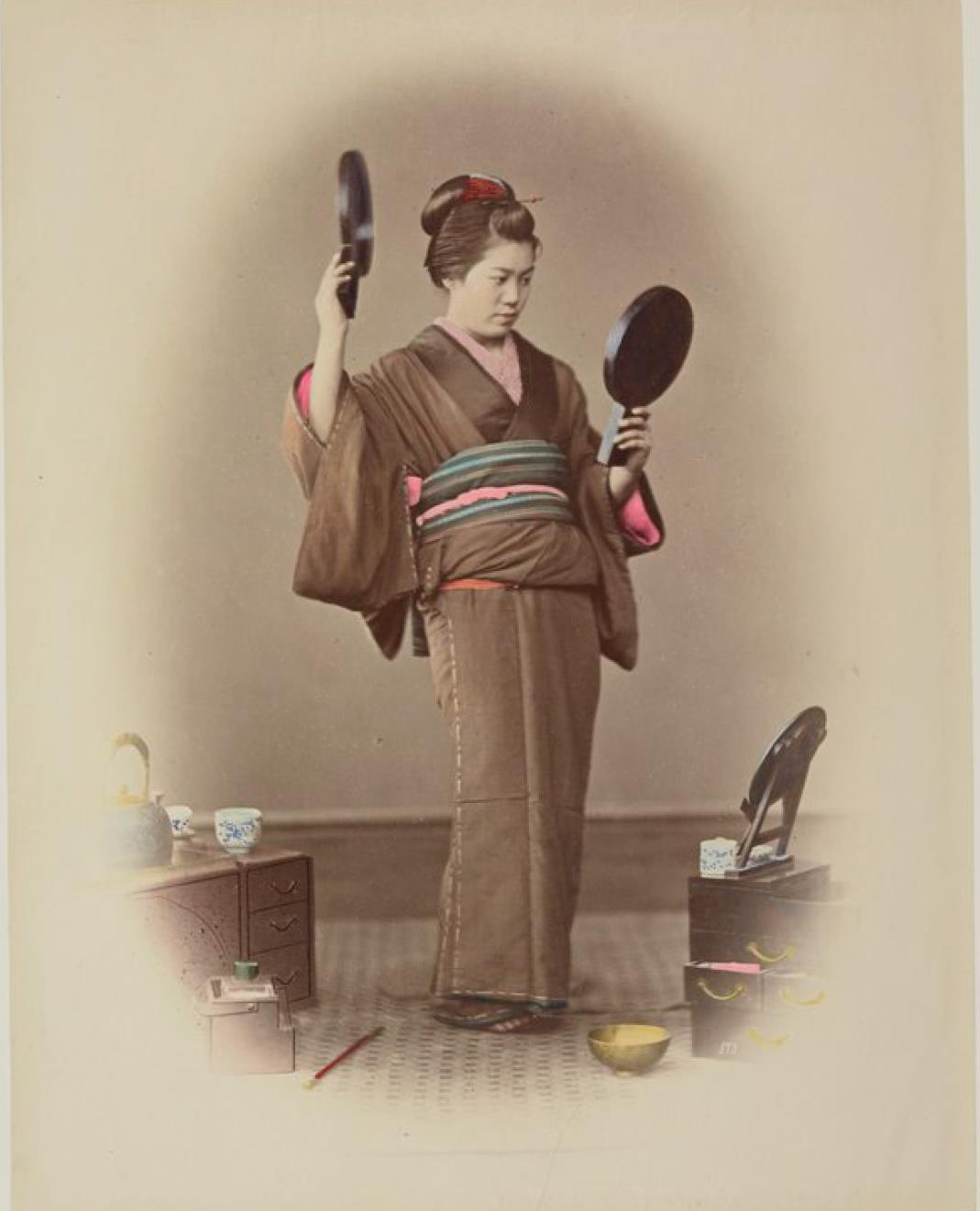 Женщина с двумя зеркалами