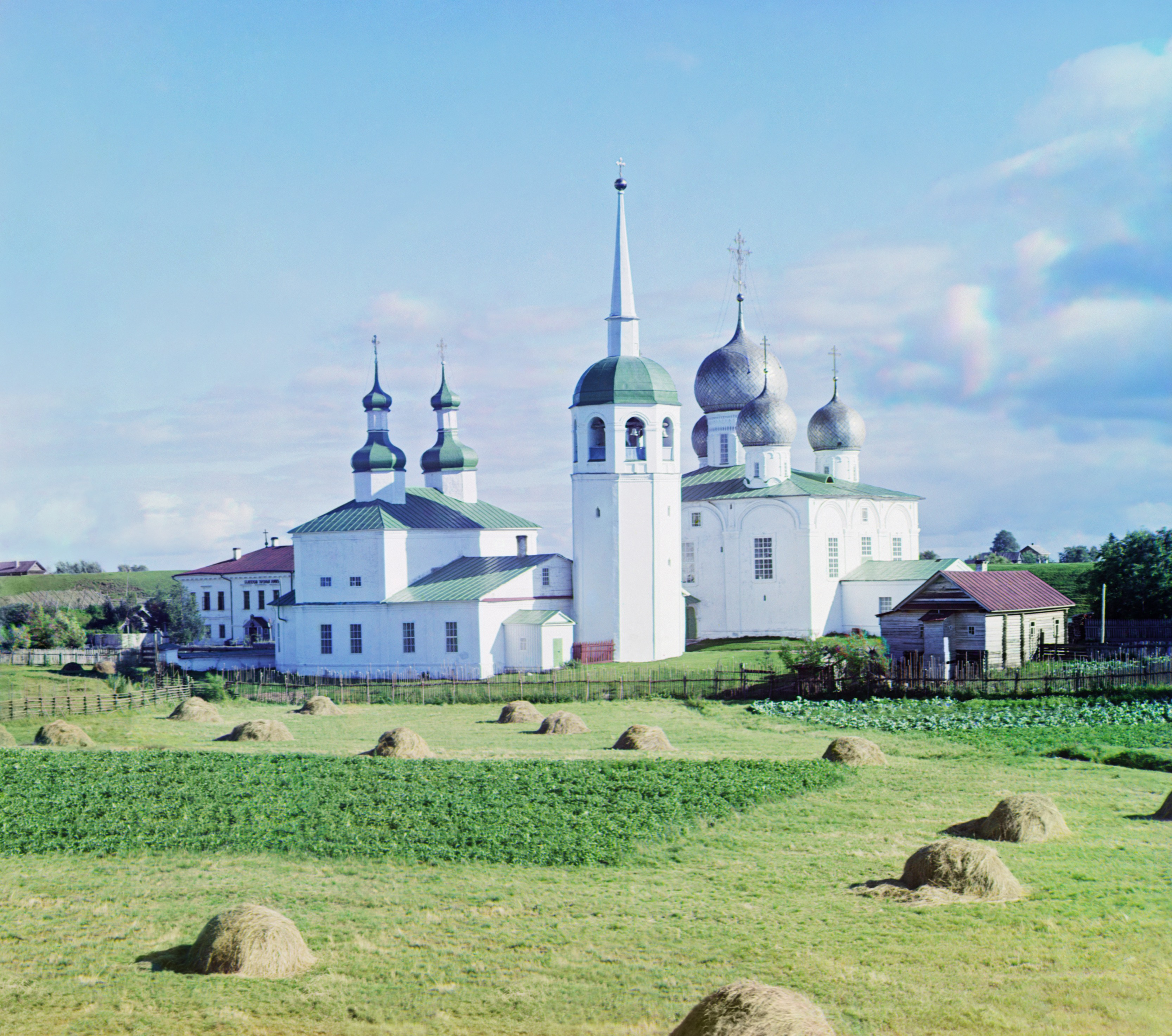 Белозерск. Церковь Василия Великого (слева) и Преображенский собор (справа) внутри крепостного вала
