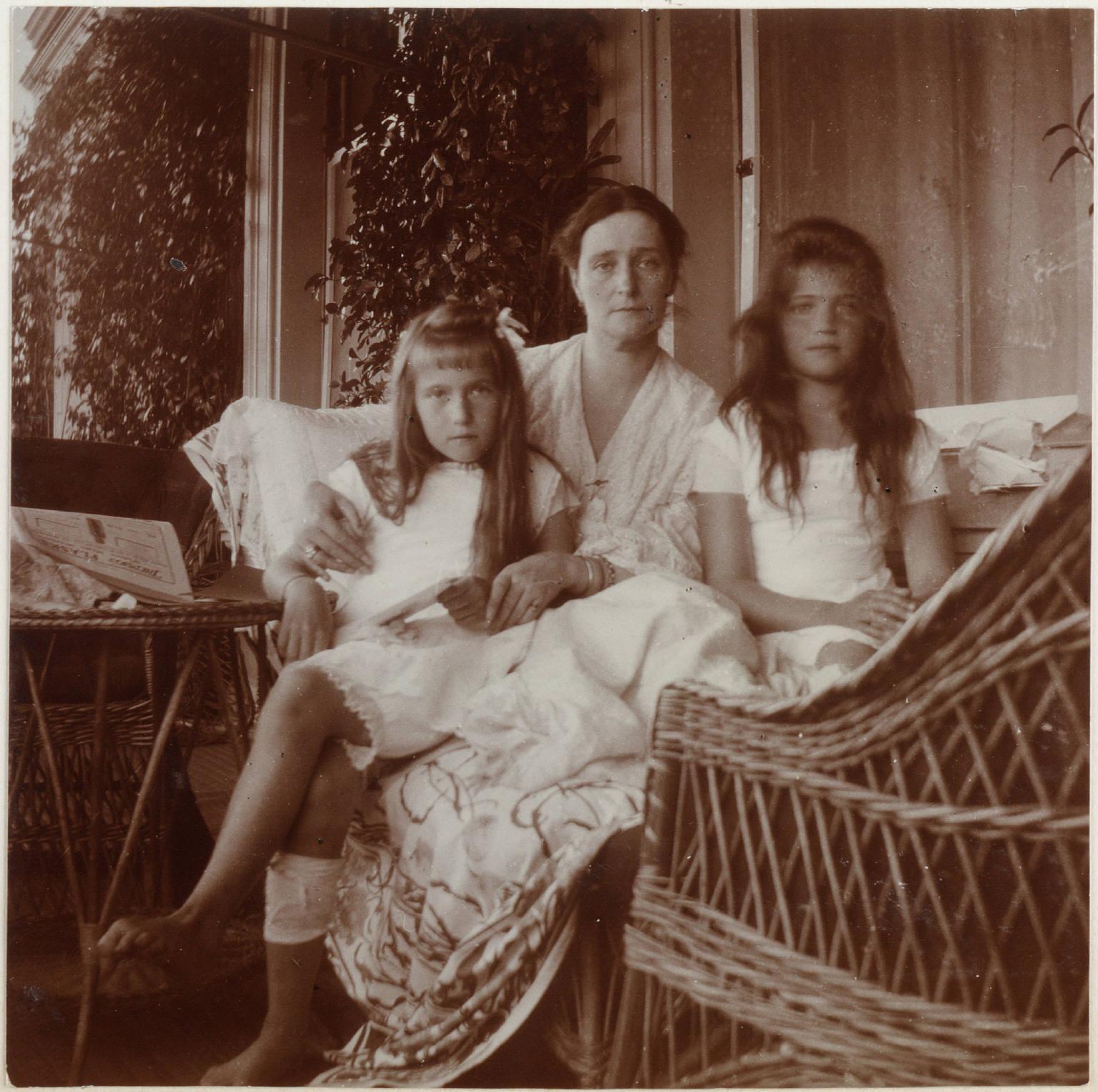 1907. Александра Фёдоровна с Анастасией и Марией на веранде Нижней дачи