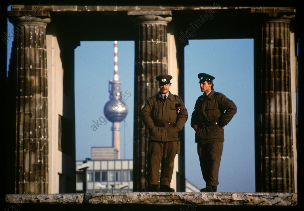Grenzpolizisten auf der Mauer, 1990 - East German border guards on Wall / 1990 -