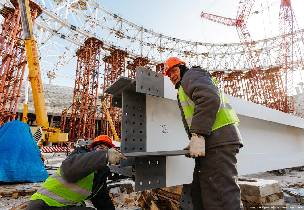 6. Сборка одного укрупненного блока металлоконструкций крыши занимает, в среднем, 10-12 дней.