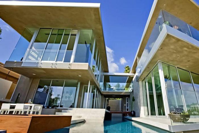 Конструкция дома такова, что создается впечатление, будто онвисит ввоздухе. Впечатляет!  9.