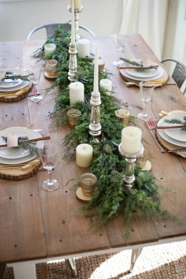 © Lauren McBride Blog  Еловые, пихтовые или можжевеловые ветки, уложенные вцентре стола иукр