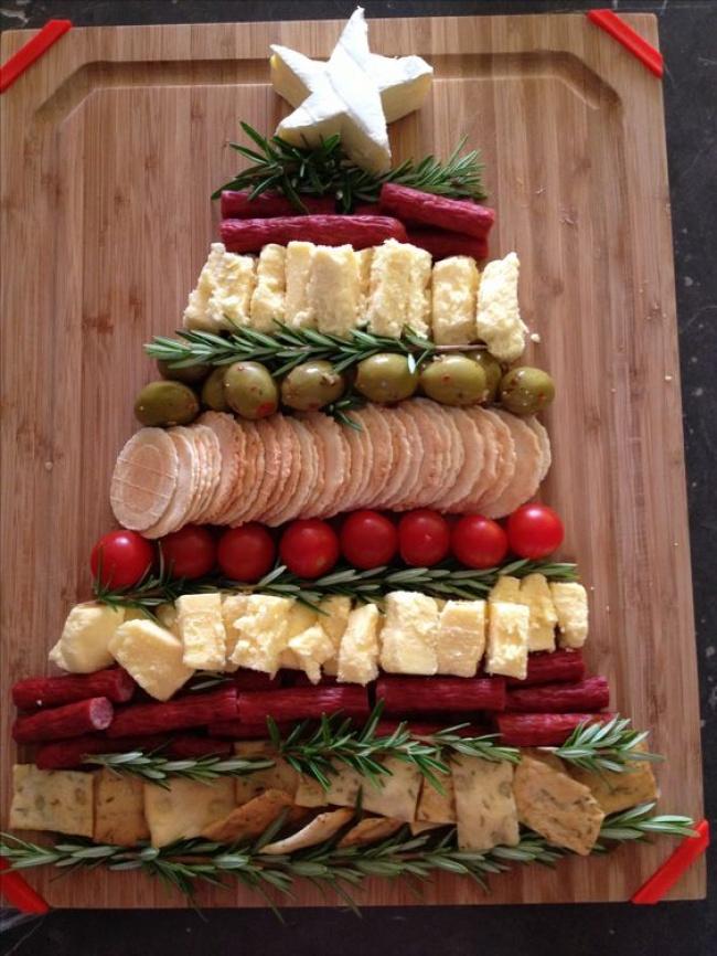 © s-media  Или можно красиво подать сырную тарелку (или мясную нарезку), проложив еехвойными