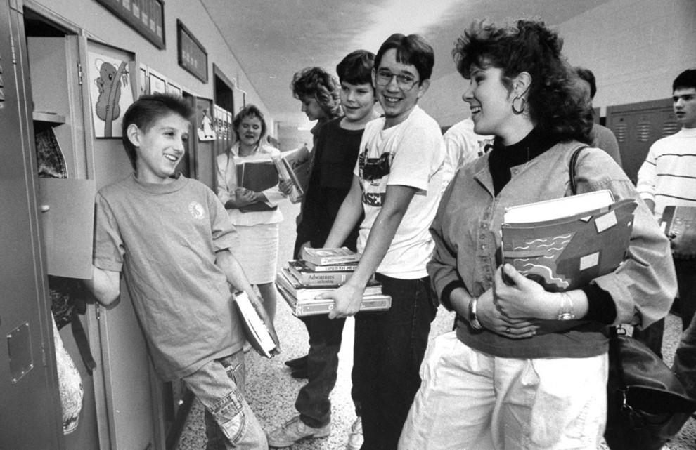 16-летний ВИЧ-инфицированный Райан Уайт улыбается новым друзьям в холле старшей школы Hamilton Heigh