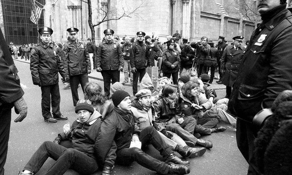 Демонстранты выражают протест перед собором Святого Патрика в Нью-Йорке, требуя, чтобы страна обрати
