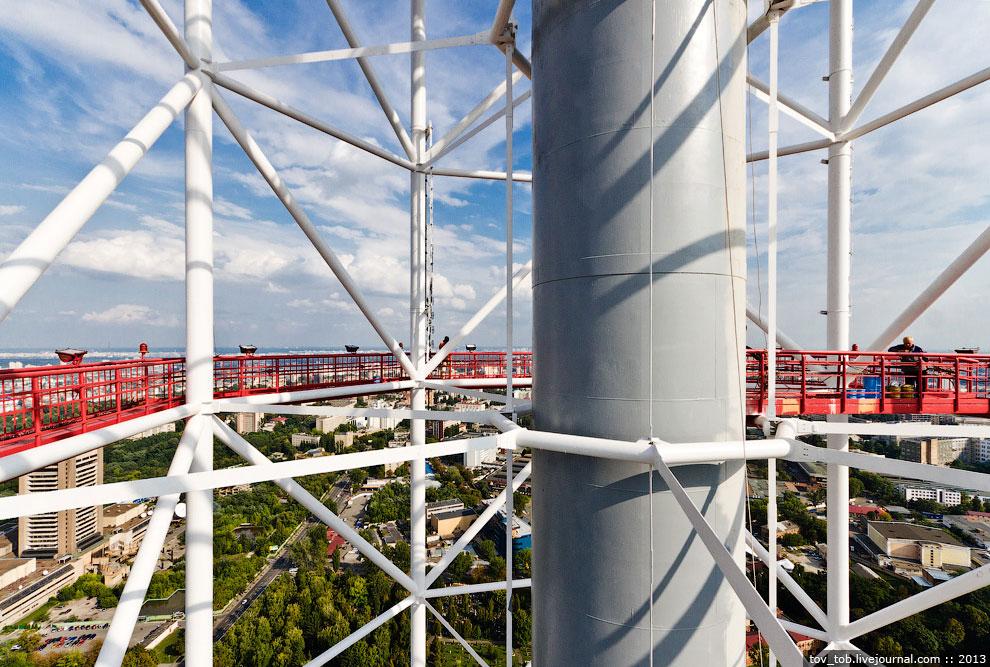 Красят башню раз в 5 лет; на это мероприятие уходит 18 т. краски. Покраску выполняют промышленн