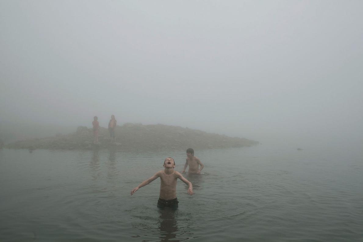Дети купаются в Зеленом озере в Аджарии.