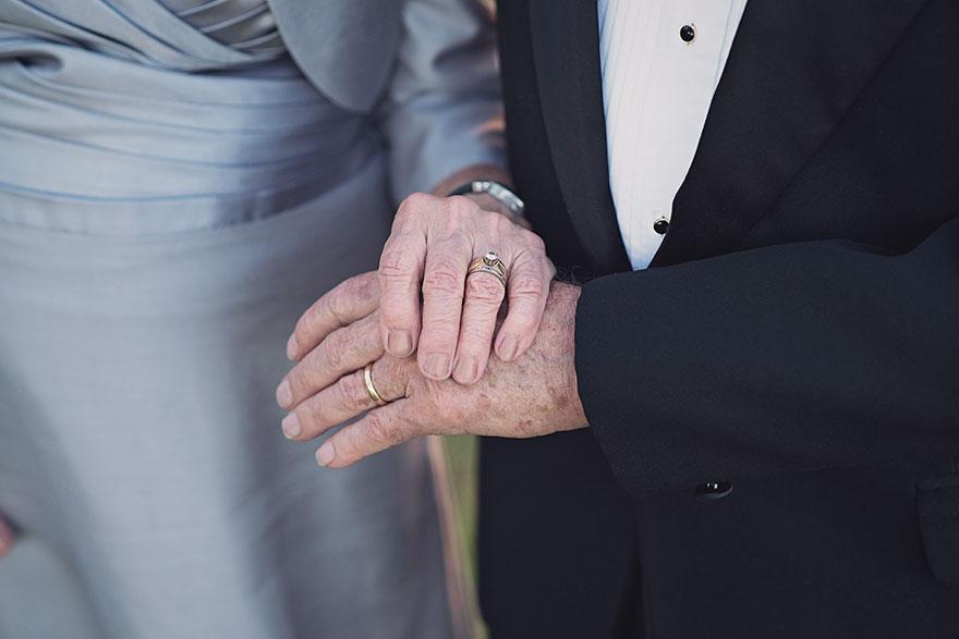 Маргарет, которой 89 лет, надела костюм лавандового оттенка и фату.