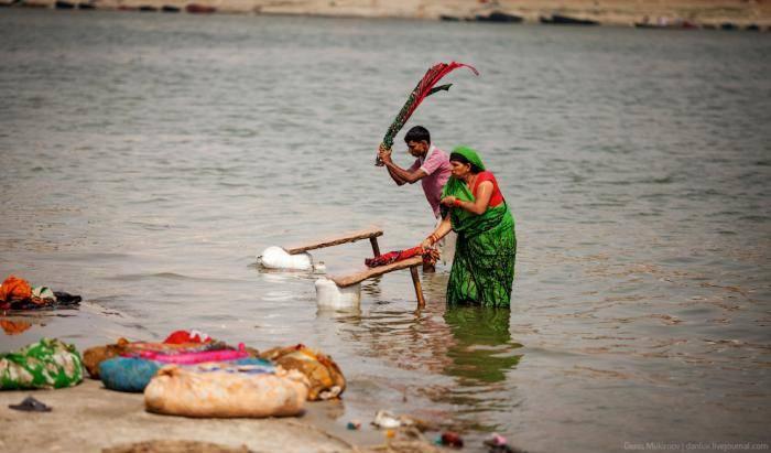 Никого не смущает, что в ста метрах выше течения проводят ритуальную кремацию и сбрасывают в воду пе