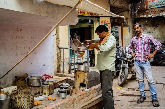 Самое удивительное, что чай и другие напитки на улице наливают в одноразовую посуду из керамики.