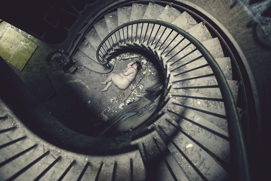 Страшная красота: фотограф превращает заброшенные места в темные фантазии